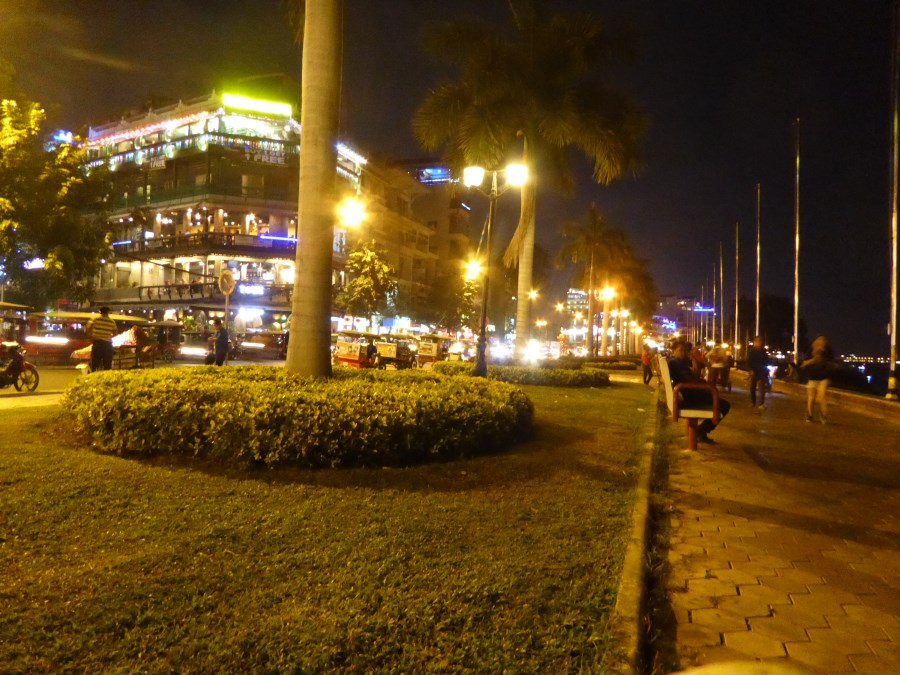 Phnom Penh has an impressive boulevard ...
